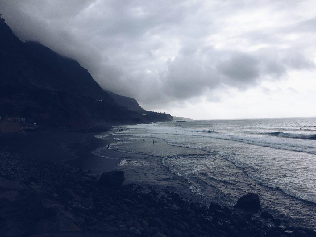 zachmurzone niebo teneryfy i wyspa ma mroczny klimat