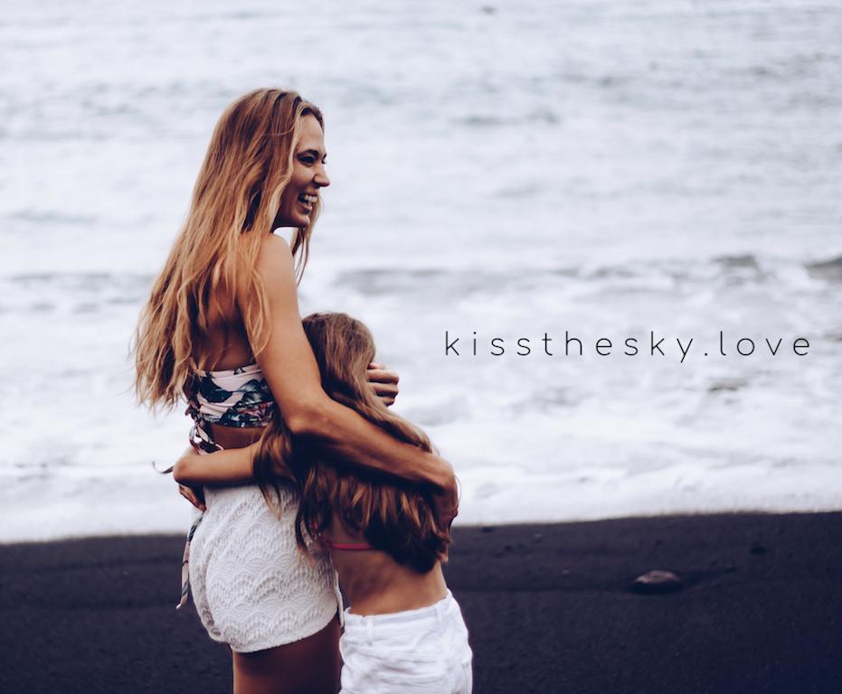 Stoję z córką nad brzegiem oceanu i przytulam ją