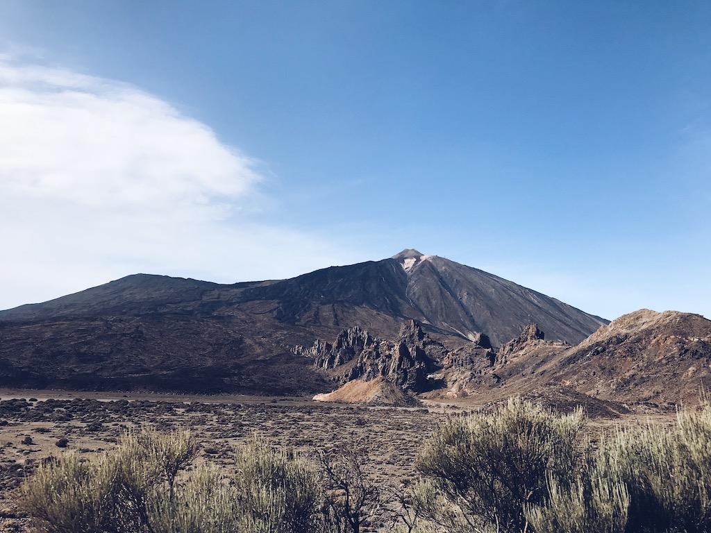 Widok na wulkan i pustynny krajobraz