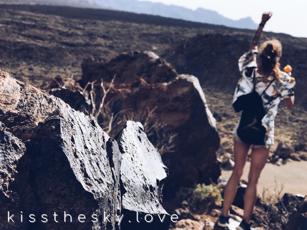 stoję na pustyni pod wulkanem i oglądam świat
