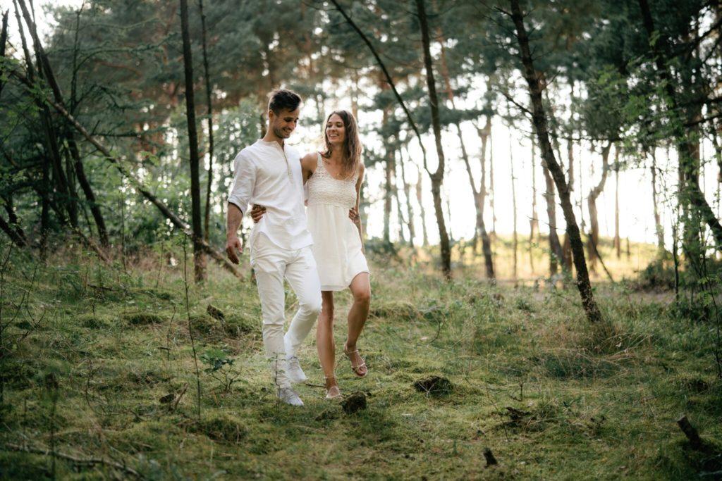 Spacer po lesie z mężem