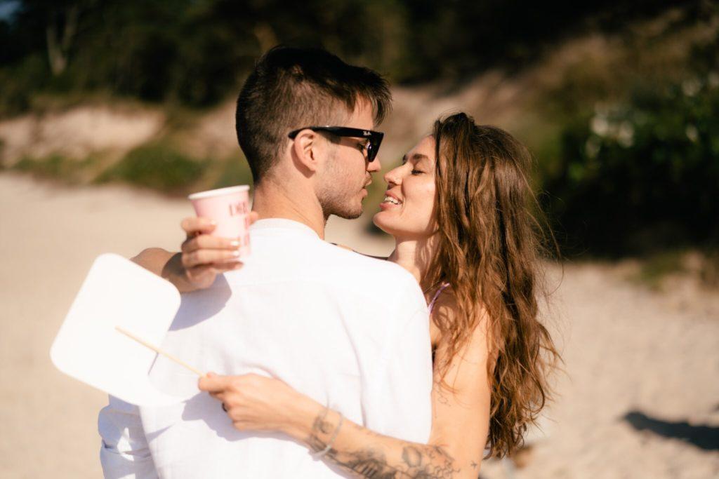 Para w objęciach na plaży