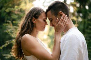 kobieta i mężczyzna połączeni umysłami i duszą