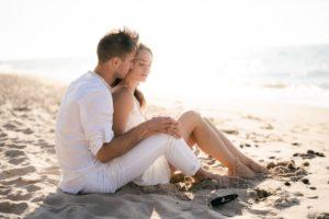 przytulone małżeństwo na plaży