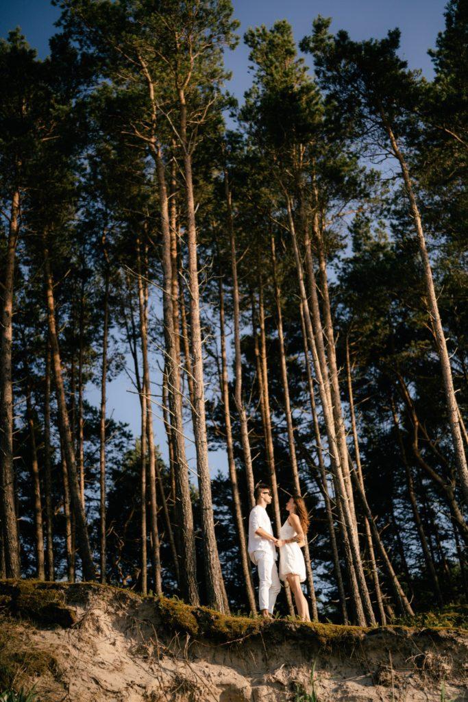 Na tle lasu patrzymy na siebie