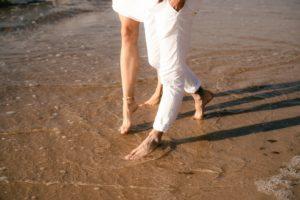 para spacerująca nad brzegiem morza