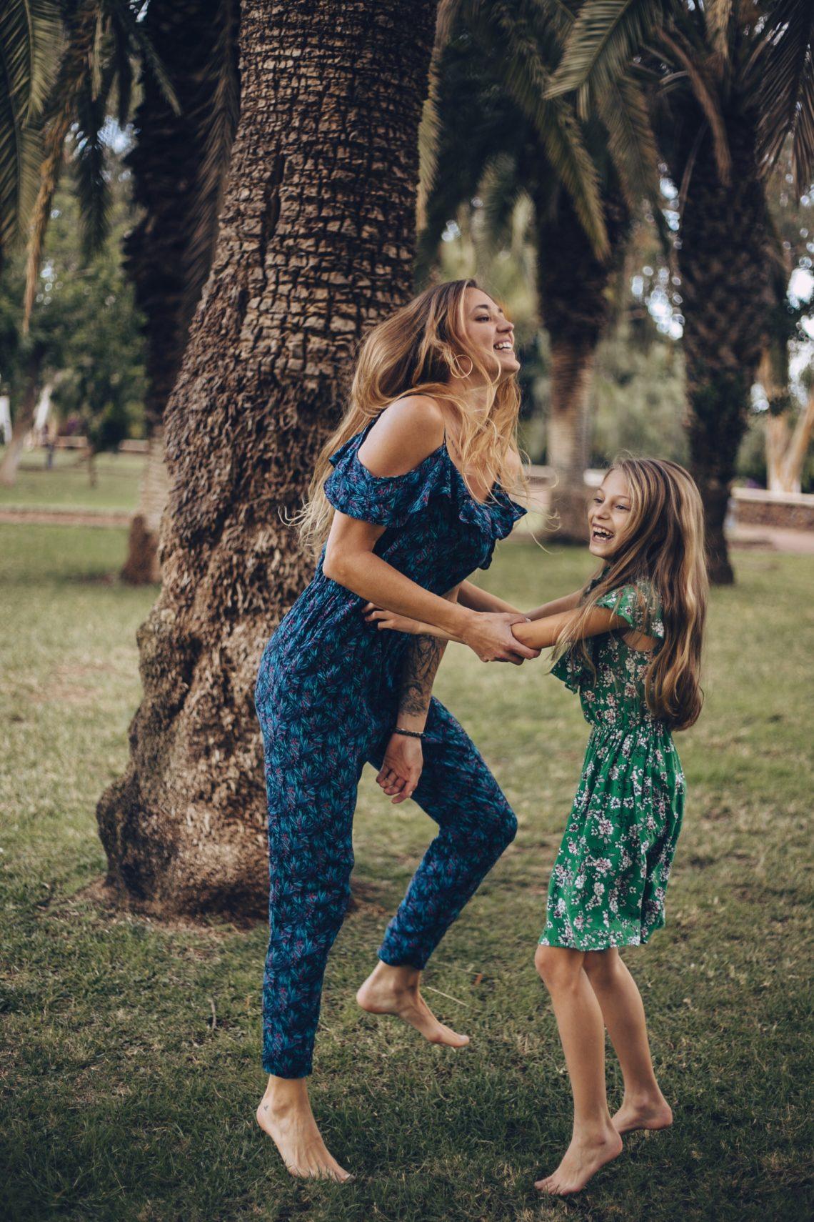 Mama z córką świętują radość dziecka