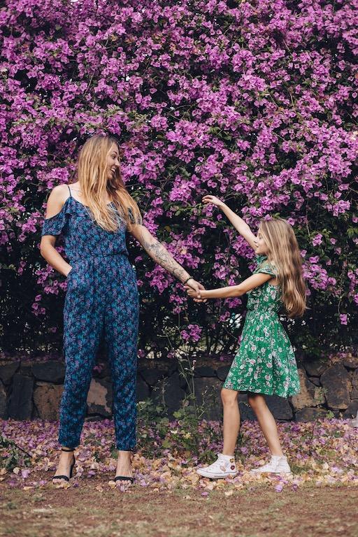 Mama i córka w sukience tańczy na tle kwiatów