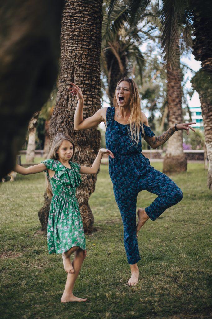 Szalona mama i tak samo szalona córka robią flaminga